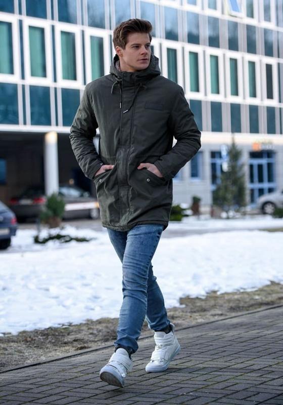 Stylizace č. 152 - zimni bunda, džínové jogger kalhoty, tenisky
