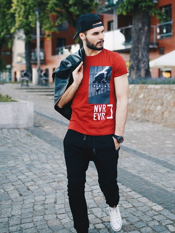 Stylizace č. 258 - kšiltovka, hodinky, bunda z ekokůže, tričko s potiskem, jogger kalhoty, kecky
