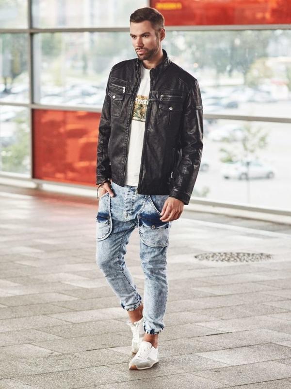 Stylizace č. 307 - náramek, bunda z ekokůže, tričko s potiskem, džínové jogger kalhoty